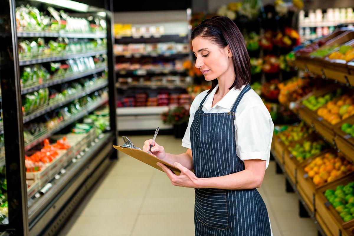 Trabajadora realizando tareas relacionadas con el Certificado de Higiene Alimentaria - AFRONTA Consultoría